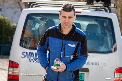 Marius (29) jobber som rørlegger, her på jobb.