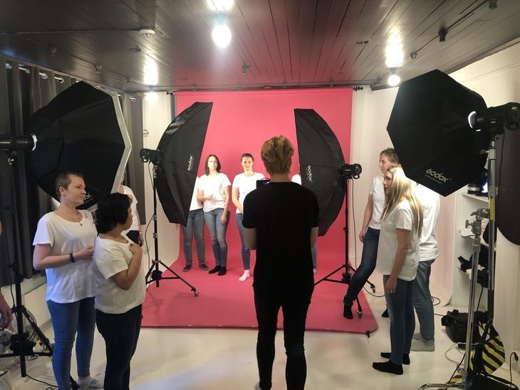 Her er Kaja under innspillingen av videoen #sjekk333, der hun sammen med flere andre i samme situasjon, viser hvordan man kan sjekke brystene sine for brystkreft. Foto: Marianne Eriksen.