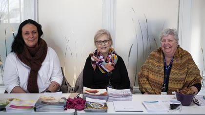 Fra venstre: Alice Berger, Mariann Gressum og Unni Hansen på stand for Brystkreftforeningen i resepsjonen på Helsehuset i Sarpsborg.
