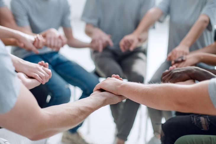 Gruppe med pårørende i samtale