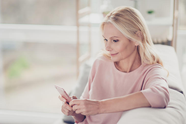 Kvinne tar undersøkelse på mobil