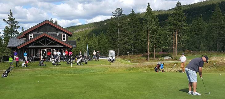 Golfet inn 50.000 kroner til Brystkreftforeningen