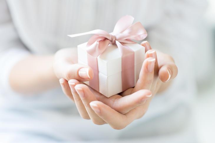 Kvinne med gave