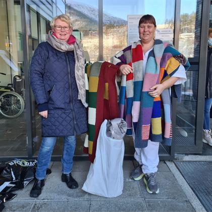 Brystkreftforeningen Sunnfjord har strikket tre lappetepper gjennom sitt likepersonsarbeid.